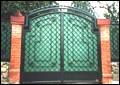Распашные ворота въездной группы.