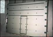 Автоматические гаражные ворота. Секционные ворота с калиткой в полотне.